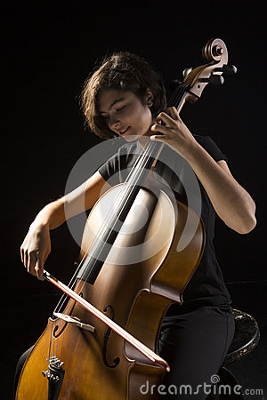A jovem mulher joga o violoncelo