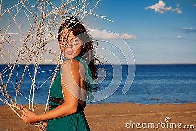 Jovem mulher na praia