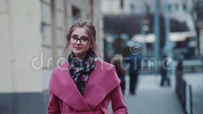 Jovem mulher presumido em uma pena sozinha de passeio do equipamento elegante a rua aglomerada Olhar à moda, corte de cabelo fres filme