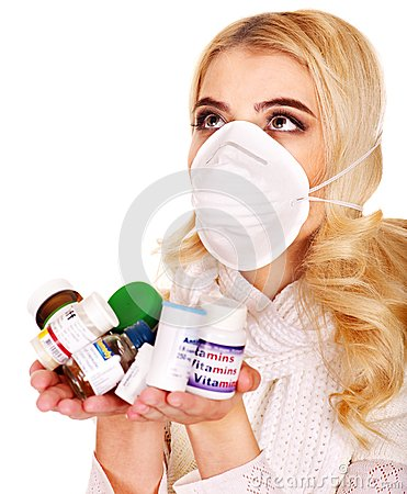 A jovem mulher que está com a gripe toma comprimidos.
