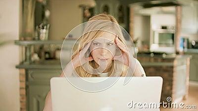 Jovem mulher que olha seu portátil concentrado video estoque