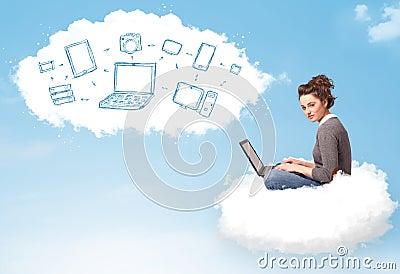 Jovem mulher que senta-se na nuvem com portátil