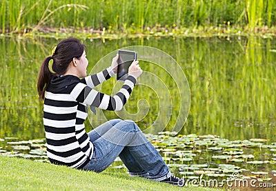 Jovem mulher que toma fotografias
