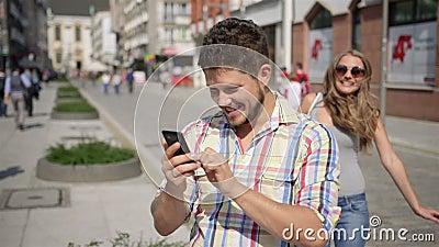 A jovem mulher surpreende o homem de espera cobrindo seus olhos video estoque