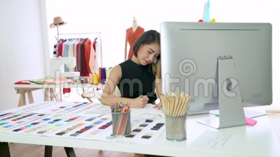 Joven diseñador de moda esbozando la nueva colección en un estudio moderno almacen de metraje de vídeo