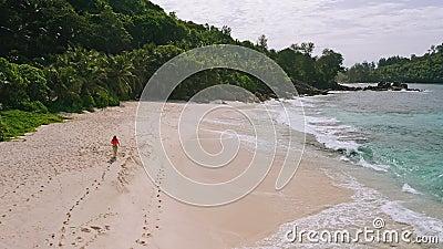Joven en el paraíso playa Anse Bazarca retroiluminada Imágenes aéreas de una niña bronceada en la hermosa isla de Mahe Viajes metrajes