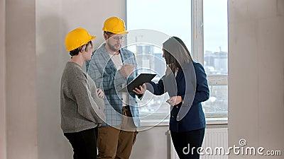 Joven pareja casada firmando papeles para el alquiler del apartamento con un agente inmobiliario almacen de video