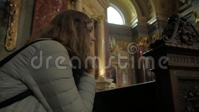 Joven Reza En La Iglesia almacen de metraje de vídeo