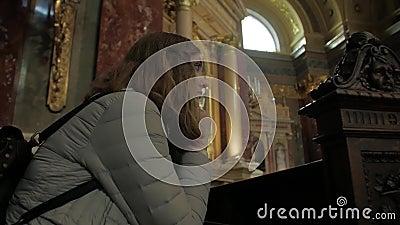 Joven rezando en la iglesia metrajes