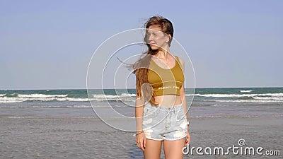 Joven sexy con el pelo largo en la playa almacen de video