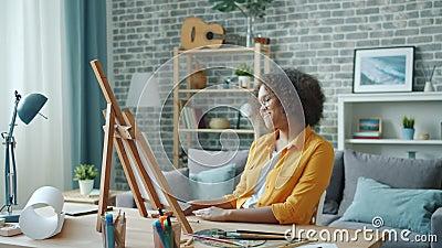 Jovens afro-americanas pintando em casa depois olhando para a foto sorrindo vídeos de arquivo