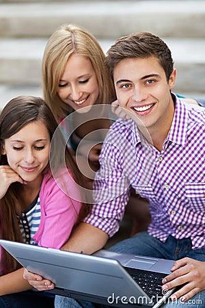 Jovens com portátil