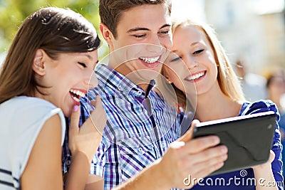 Jovens com tabuleta digital