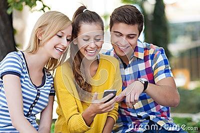 Jovens com telefone móvel