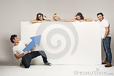 Jovens com uma placa vazia