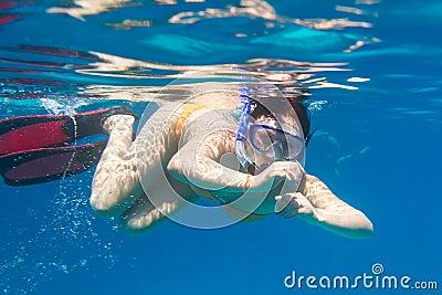 Jovens mulheres que snorkeling no mar