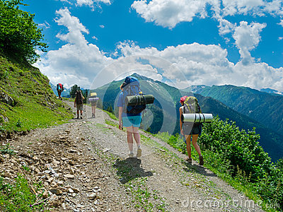 Jovens mulheres que trekking em Svaneti,