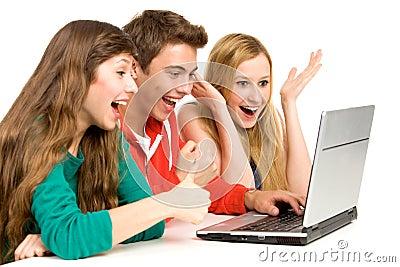 Jovens que olham o portátil