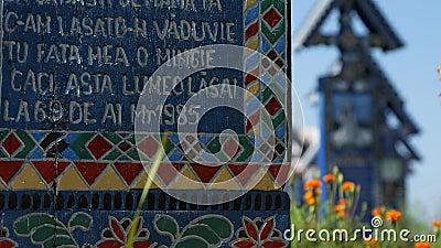 Joyeuse image de cimetière avec beaucoup de monuments funèbres peints croisés en bois colorés banque de vidéos