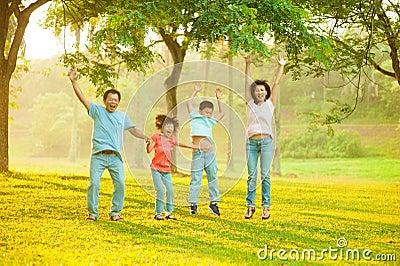 Joyful asiatisk familj