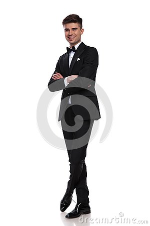 Free Joyful Groom Standing With Arms And Legs Crossed Royalty Free Stock Photo - 135941875