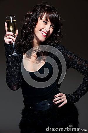 Joyful kvinna med exponeringsglas av wine