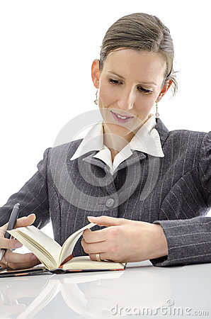 Joyful kvinna på vitskrivbordet