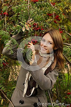 Joyful kvinna utomhus