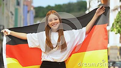 Joyful Red-3 med tysk flagga och leende på kamera, patriotism stock video