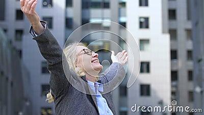Joyous mature lady die wapens opvoed, viert succes, winnaar en leider voor het leven stock videobeelden