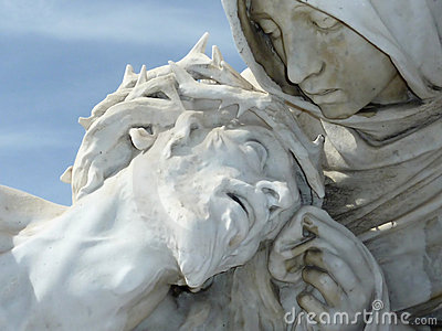 Jésus souffrant dans des mains de Marie