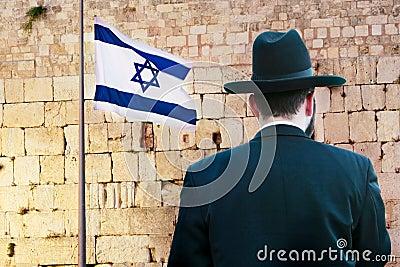 Judeu no fundo ocidental lamentando da parede