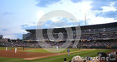Juego de béisbol en el estadio, tiro del POV Point of View de la muchedumbre almacen de metraje de vídeo