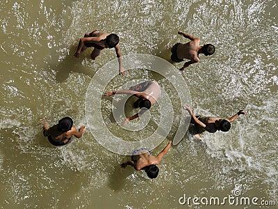 Juego de niños en agua Fotografía editorial