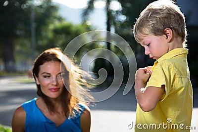 La madre habla con el hijo