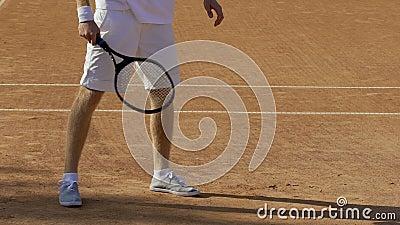 Jugador de tenis decepcionado que golpea la estafa contra la tierra, alcohol competitivo almacen de video