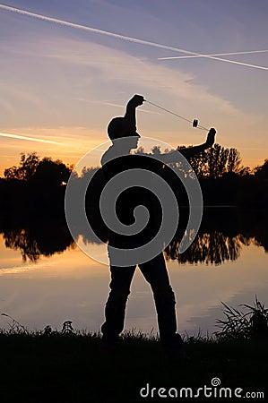 Jugador del yoyo por el lago