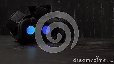 Jugar película dentro del dispositivo de la realidad virtual en la noche con el espacio de la copia 4k UHD metrajes