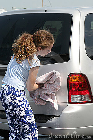 Jugendlich Mädchen-trocknendes Auto
