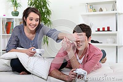 Jugendliche, die Videospiel spielen.