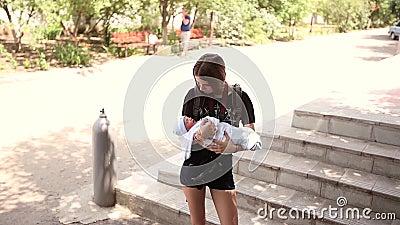 Jugendlicher, der ein neugeborenes Baby in ihren Armen hält Wackeln Sie es obacht stock video