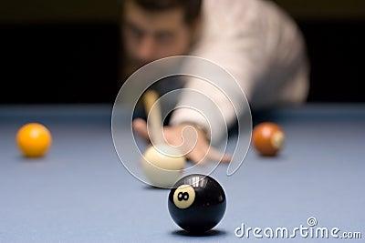 Jugendlicher, der Snooker spielt