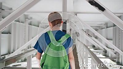 Jugendlicher, der unter die Brücke geht Kühle Gesamtlänge in der Bewegung stock video footage