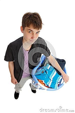 Jugendlicher mit Korb von Kleidung