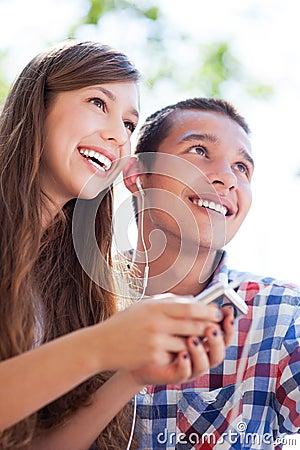 Jugendpaare mit MP3-Player