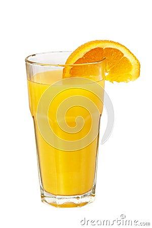 Jugo colorido anaranjado en el vidrio aislado en blanco