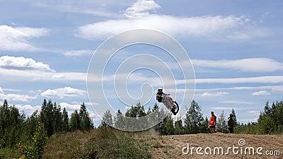 10 juin 2018 Fédération de Russie, région de Bryansk, Ivot - sports extrêmes, motocross croisé Le motocycliste entre dans clips vidéos