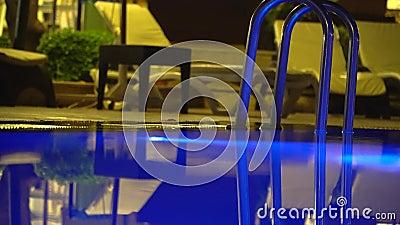 03 2017 Jul indyk Alania hotel równo w wieczór hotel jest na tle iluminujący basen zdjęcie wideo