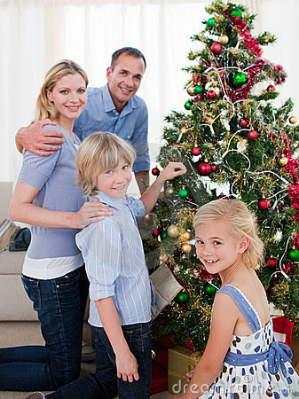 Jul som dekorerar den le treen för familj