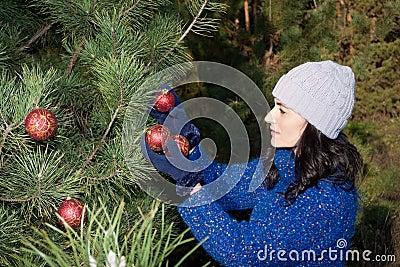 Jul som dekorerar treen